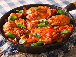 Пържени пилешки пържоли от бут с кожа по ловджийски със сос от гъби, домати и бяло вино на тиган - снимка на рецептата